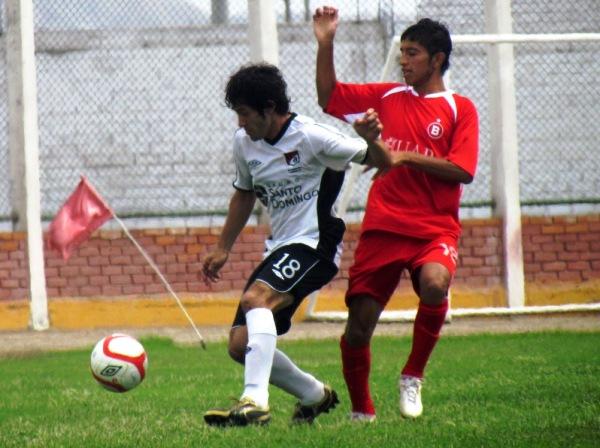 JUEGO DE MANOS. Saco Vértiz y Tello tuvieron un duelo aparte en el cotejo. (Foto: José Salcedo / DeChalaca.com)