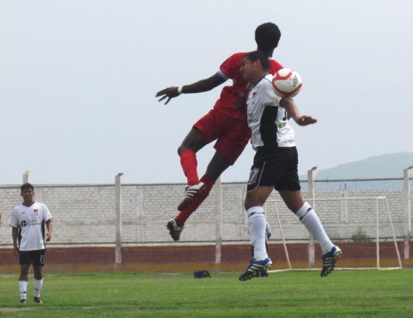 QUIERE VOLAR. Pese a jugar como único delantero Smith se las ingenió para complicar a Villanueva y compañía. (Foto: José Salcedo / DeChalaca.com)
