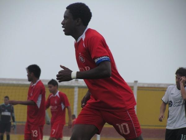 PONE PRIMERA. Apenas a los 30 segundos, Smith decretó el 0-1 a favor de Bolognesi. (Foto: José Salcedo / DeChalaca.com)