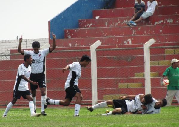 TODO IGUAL. En la última jugada del primer tiempo, Christian Cuadros puso el 1-1. (Foto: José Salcedo / DeChalaca.com)