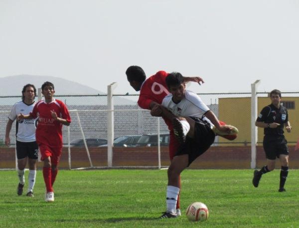 PEQUEÑO GRAN PROBLEMA. Pese a las diferencias físicas, Cuadros complicó en gran medida a Renquifo. (Foto: José Salcedo / DeChalaca.com)