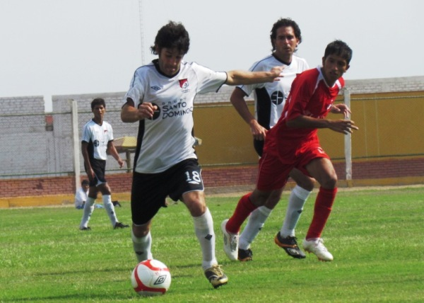 ASUME EL PROTAGONISMO. Saco Vértiz fue el encargado de hilvanar el fútbol en U América. (Foto: José Salcedo / DeChalaca.com)