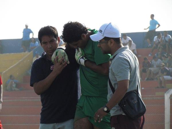 UNA PENA. Náquira no pudo continuar en el partido debido a una dolencia en el hombro. (Foto: José Salcedo / DeChalaca.com)