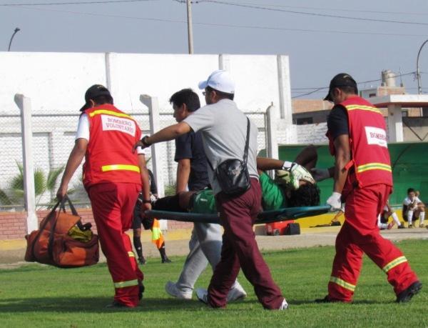 CUIDADOS INTENSIVOS. Así salió Náquira de la cancha. (Foto: José Salcedo / DeChalaca.com)