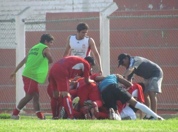 SE VOLVIERON LOCOS. Los integrantes de Bolognesi se emocionaron tras el gol de Smith. (Foto: José Salcedo / DeChalaca.com)