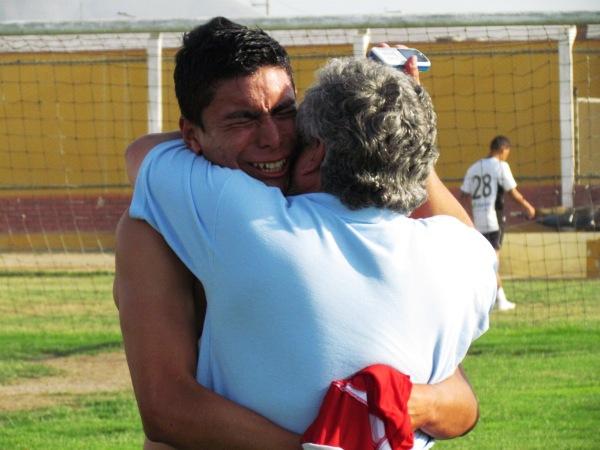 FINAL FELIZ. Los jugadores tacneños no pudieron evitar algunas lágrimas tras lograr la salvación. (Foto: José Salcedo / DeChalaca.com)