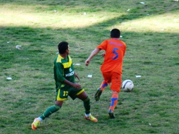 LA CALAMIDAD. Tafur tuvo una tarde para el olvido. Erró gravemente en uno de los goles que anotó Fabricio Lenci. (Foto: Panorama Huaraz)