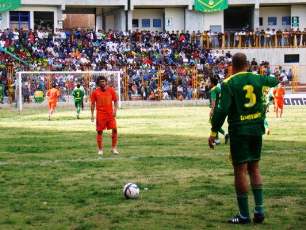 EL ESTADIO. El Rosas Pampa lució un buen marco de público. El apoyo es incesante en Huaraz. (Foto: Panorama Huaraz)