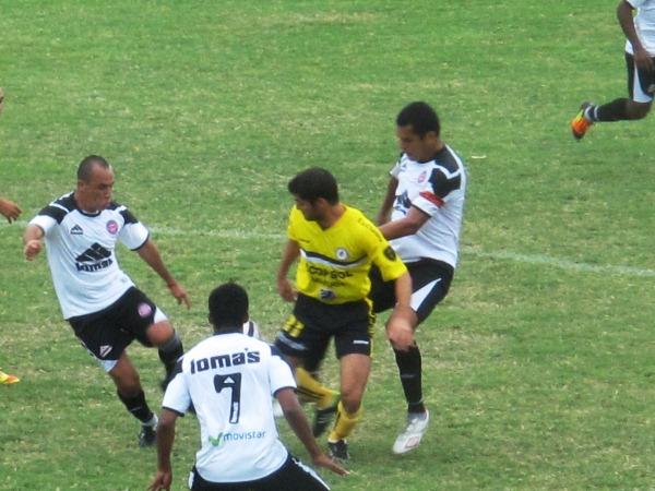 EL CAPO. Con un juego práctico y solvente, Frank Rojas se erigió como la figura del partido desde el fondo de Pacífico. (Foto: Radio Líder de Chancay)