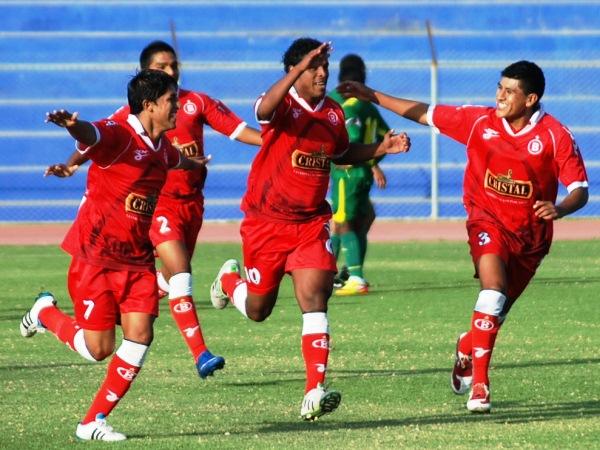 EL GOLAZO. Arnold Zuluaga anotó la joyita con un fuerte remate de fuera del área. (Foto: Radio Uno de Tacna)
