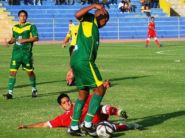 KAZUKI ITO. Renzo Castañeda no mostró mano dura en las acciones que merecieron rigidez por parte del árbitro. (Foto: Radio Uno de Tacna)