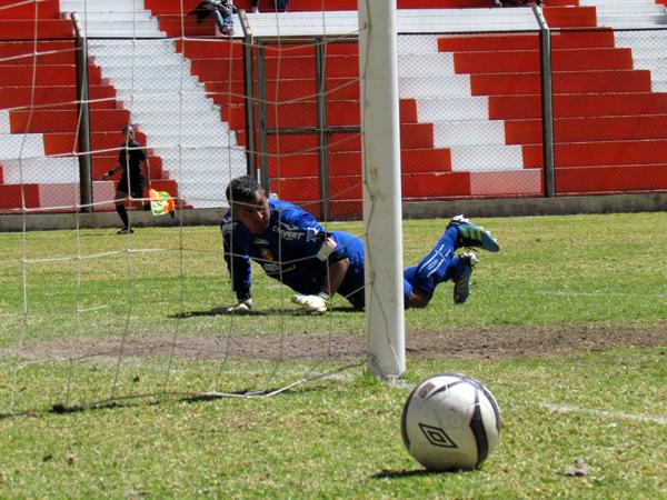 EL JUGADÓN. Luis Rodolfo Ojeda estuvo a punto de anotar con un fuerte disparo; sin embargo, el balón chocó en el palo derecho de Esteban Mendoza. (Foto: José Salcedo / DeChalaca.com)