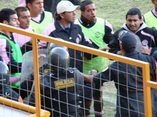 EL CAMBIAZO. Juan Carlos Bazalar leyó acertadamente el juego y mandó a Wilmer Sáez, figura del partido, al campo. (Foto: Panorama Huaraz)