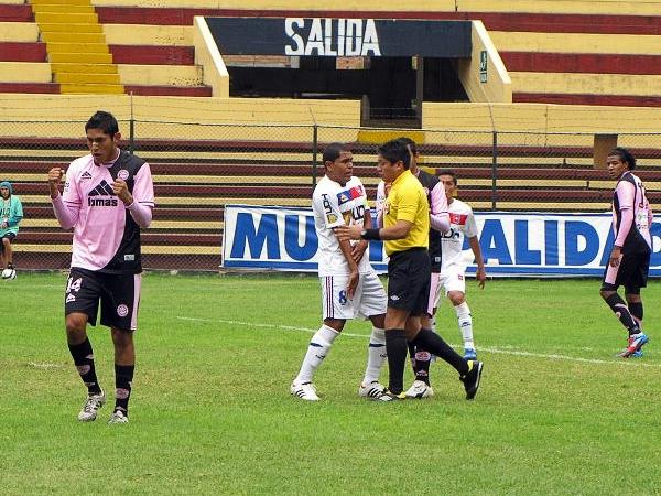 KAZUKI ITO: Los árbitros estuvieron en la mira de ambos equipos desde antes que sonara el pitazo inicial (Foto: prensa Pacífico FC)