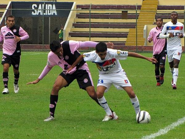 En la temporada 2012, Alianza Universidad empleó su camiseta alterna incluso como local, cuando enfrentó a Pacífico (Foto: prensa Pacífico FC)