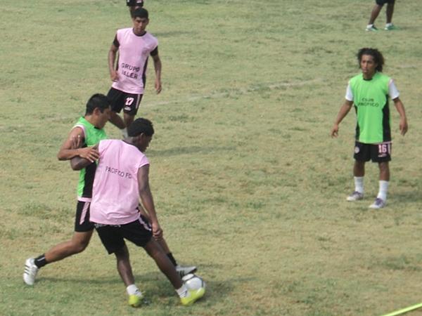 IN TRAINING. Mientras estuvieron en el Ermitaño, Pacífico FC sostuvo una ardua labor en los entrenamientos. (Foto: Aldo Ramírez / DeChalaca.com)
