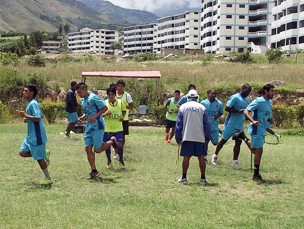 Una práctica del equipo de Alianza Universidad en las canchas de La Esperanza (Foto: Mihay Rojas / DeChalaca.com)