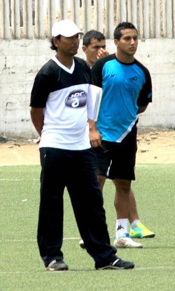 Octavio Vidales se mantiene firme como el técnico de Alianza Cristiana para afrontar su debut en la Segunda División jugando contra Minero en Matucana (Foto: Prensa ADFP-SD)