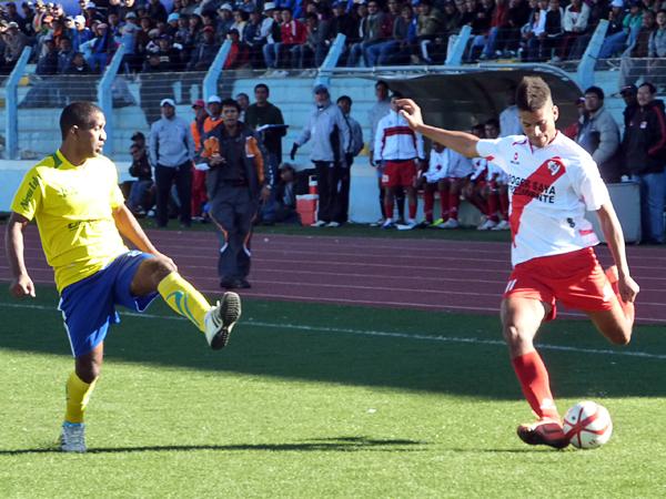 Miguel Curiel destacó más por su despliegue en favor del equipo ya que los goles de Alfonso Ugarte estuvieron en los pies -y una cabeza- de otros jugadores (Foto: Puno Deportes)