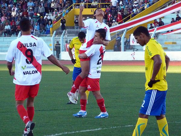 Juan Pablo Vergara, autor del primer gol, y Arix Cavero, autor del último de Alfonso Ugarte, celebran juntos la que fue una goleada muy celebrada en Puno (Foto: Puno Deportes)