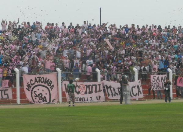 Pese a la distancia, una numerosa barra del cuadro rosado se hizo presente en Chancay. (Foto: Mario Azabache / DeChalaca.com)