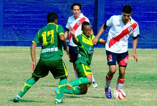 Hansel Riojas debutó con la 'franja' y no desentonó. El ex jugador del Sport Boys estuvo aplicado jugando como lateral izquierdo. (Foto: Luis Chacón / DeChalaca.com)
