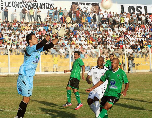 Federico Nicosia demostró desde su primer partido con Huracán que se perfilaba como uno de los mejores refuerzos extranjeros del torneo (Foto: Luis Chacón / DeChalaca.com)