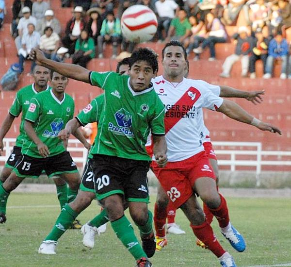 Ambos ingresaron en la segunda mitad. Martín Meléndez y Juan Vergara tuvieron desempeños distintos. Al local le fue mejor al final. (Foto: Miguel Zavala Delgado / Diario El Pueblo)