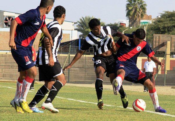 Arnold Zuloaga intentó ponerse al equipo al hombre pero sus intentos resultaron insuficientes. (Foto: Luis Chacón /DeChalaca.com)