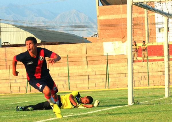 Momento preciso en el cual Vinces marca el transitorio 1-1 a favor de Municipal. (Foto: Luis Chacón /DeChalaca.com)