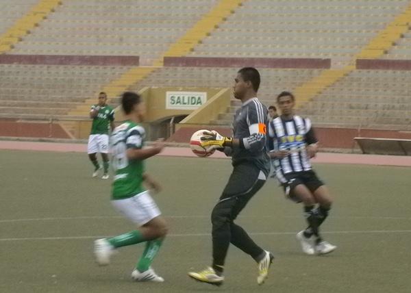 Christian Cárdenas tuvo una aceptable actuación bajo los tres palos del arco de Sport Victoria. (Foto: Diario La Industria de Chiclayo)