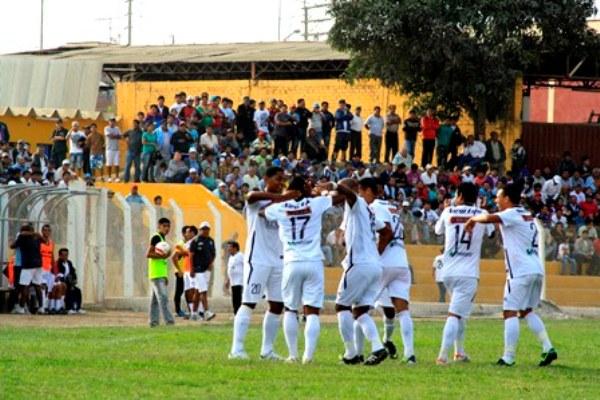 El estadio Óscar Ramos Cabieses estalló en júbilo con el tanto de Noams Oyola a las 5 minutos de iniciado el cotejo. (Foto: Luis Chacón / DeChalaca.com)