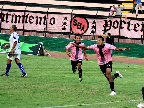 Apelando a la última jugada del partido, Ceballos se convirtió en la figura del encuentro gracias al gol agónico que le permite al Boys pensar en escalar posiciones. (Foto: Luis Chacón / DeChalaca.com)