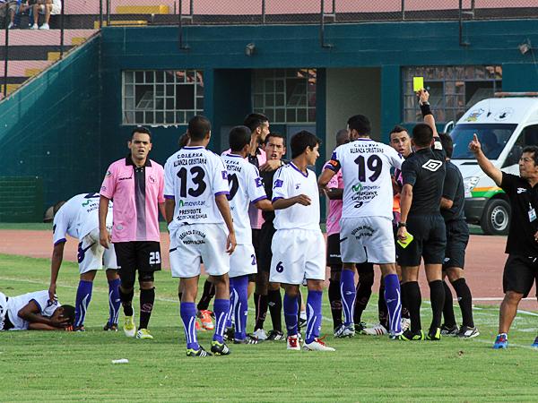 El debut de Juan Saona en la Segunda fue muy discreto. El partido no dio para un trámite tan complicado, pero los nervios le ganaron al árbitro de turno. (Foto: Luis Chacón / DeChalaca.com)