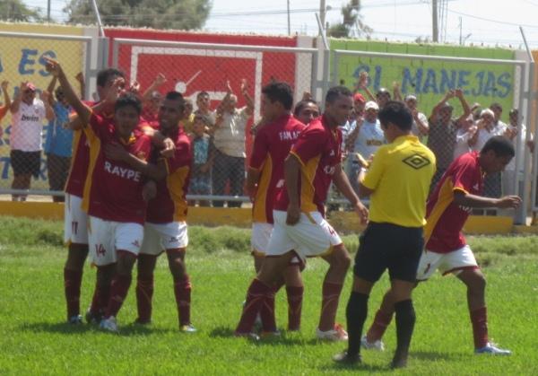 Momento preciso en el cual los jugadores de Torino celebran el primer gol de Panta. (Foto: Diario La Hora de Piura)