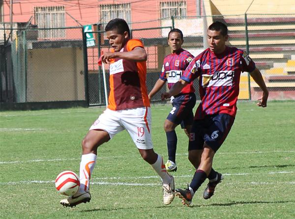 El esfuerzo de José María Córdova por pilotear el ataque de Minero no tuvo premio ni con goles ni con puntos ante Alianza Universidad (Foto: Mihay Rojas / DeChalaca.com)