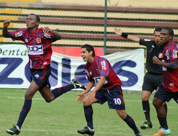 La alegría se adueñó del colombiano José Adalberto Cuero y todo Alianza Universidad luego de conseguir el agónico gol que le dio su primer triunfo al equipo huanuqueño (Foto: Mihay Rojas / DeChalaca.com)