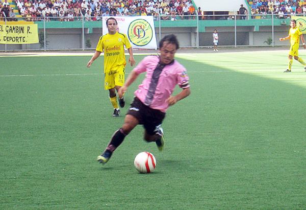 Dentro del buen desempeño rosado quien más se destacó fue Robert Ardiles, autor de dos de los goles con los que el cuadro chalaco le ganó 0-5 al San Alejandro (Foto: Davidson Arce / DeChalaca.com)