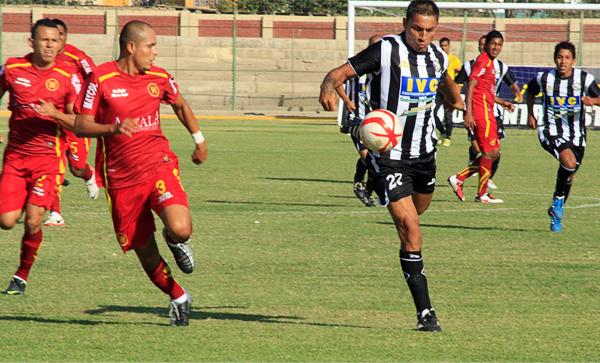 Carlos Chávez se intenta escapar con la pelota mientras Máximo Osís busca anticiparse a la acción del jugador de Sport Victoria (Foto: Luis Chacón / DeChalaca.com)