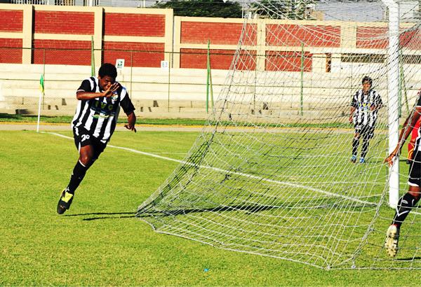 Todo fue más fácil para Sport Victoria luego del gol anotado por Arnold Zuluaga, que aquí se apresta a celebrar su conquista (Foto: Luis Chacón / DeChalaca.com)