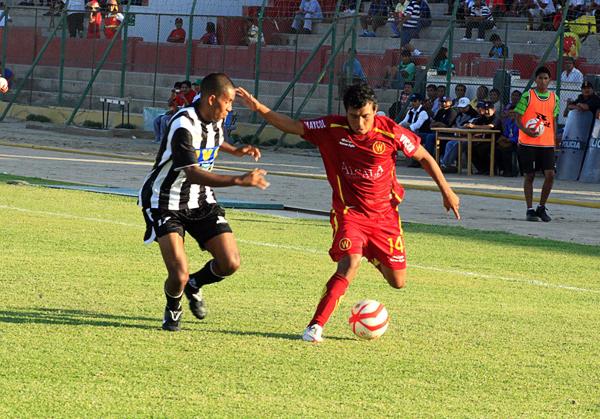 Wálter Ormeño con su característico uniforme guinda la vez que enfrentó en Ica a Sport Victoria (Foto: Luis Chacón / DeChalaca.com)