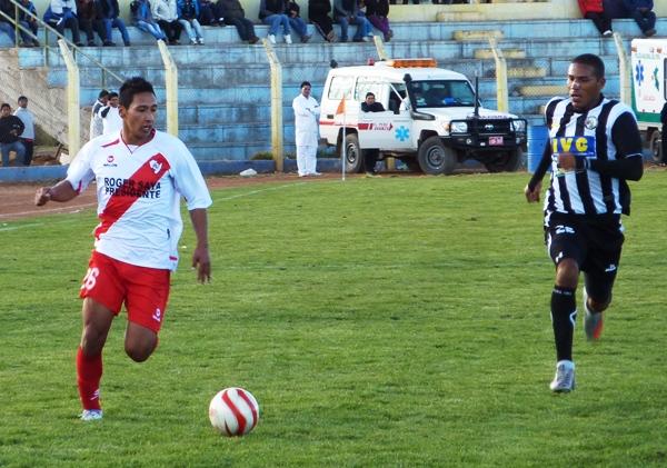 Christian Laura constantemente pisó el área de Sport Victoria. Por momentos el lateral derecho fue un atacante más en Alfonso Ugarte. (Foto: Puno Deportes)