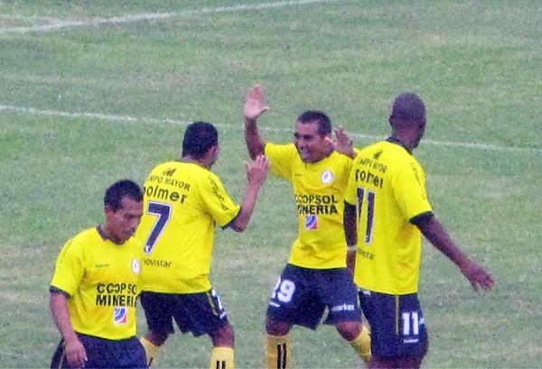 Rodrigo Saraz se hizo presente en el marcador para Coopsol y lo celebra junto a Juan Montenegro (Foto: Radio Líder de Chancay)
