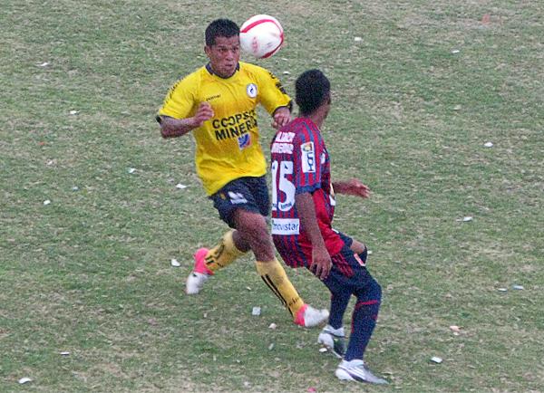 El sector izquierdo de Coopsol tuvo mucha fuerza ofensiva con las trepadas de Luis Rodolfo Ojeda que aquí domina la pelota ante Christopher Charún (Foto: Radio Líder de Chancay)