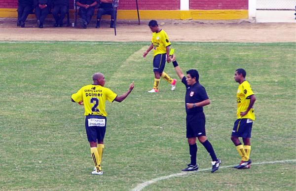 El árbitro Federico Sosa amonesta a Giancarlos Gómez que ante Alianza Universidad se mandó con un doblete para el triunfo chancayano (Foto: Radio Líder de Chancay)
