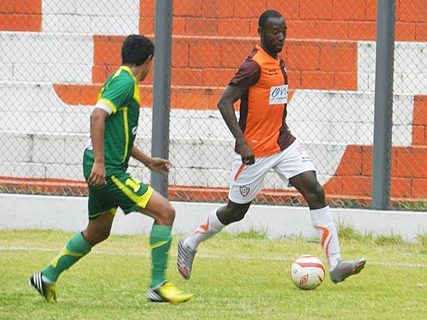 Tuvo dos piques y se le acabó el combustible. Edwar Montaño mostró muy poco en su debut con Minero, acentuando su falta de ritmo. (Foto: Aldo Ramírez / DeChalaca.com)