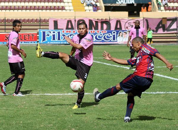 Jorge Huamán tuvo inconvenientes para marcar la banda derecha. El 'Chino' pasó apuros en más de una ocasión ante las arremetidas de los jugadores de Alianza Universidad. (Foto: Mihay Rojas / DeChalaca.com)