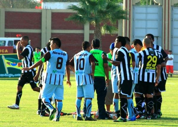 La labor del árbitro Gherson Huiman generó varios reclamos en los jugadores de ambos equipos. (Foto: Luis Chacón / DeChalaca.com)