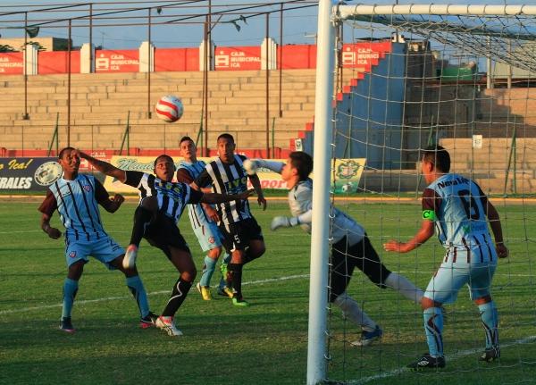 Comandados por Luis Laguna, el bloque ofensivo de Sport Victoria tuvo contra las cuerdas a Minero durante  varios pasajes del cotejo. (Foto: Luis Chacón / DeChalaca.com)