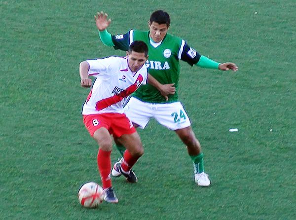 César Zambrano resiste la marca de Elsar Rodas, una jugara repetida durante el partido en el que Alfonso Ugarte no encontró libertad para elaborar jugadas de peligro (Foto: Puno Deportes)